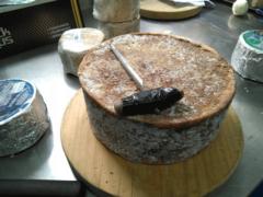 Calar los quesos en la Quesería artesanal El Cabriteru