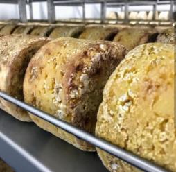 madurando en la especial cava de maduración de la quesería artesanal El Cabriteru