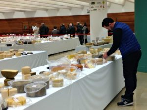 examinando quesos en los World Cheese Awards