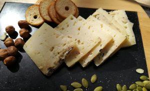queso azul de El Cabriteru, pan tostado y frutos secos