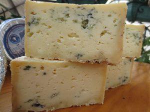 tres variedades de El Cabriteru y queso cortado