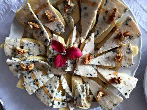 plato de queso azul El Cabriteru con manzana