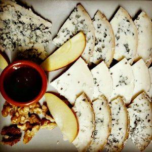 queso azul de El Cabriteru con manzana miel y nueces