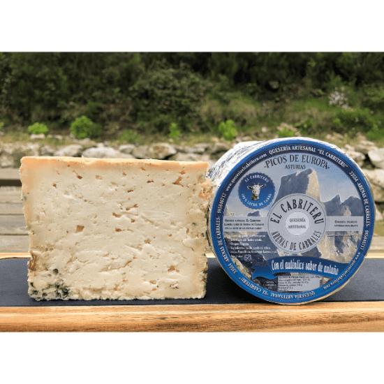 queso azul de El Cabriteru cortado y con queso etiquetado en azul al lado