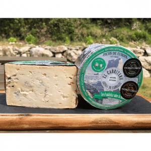 queso azul de mezcla de leche de oveja y cabra de El Cabriteru cortado de al lado de otro etiquetado