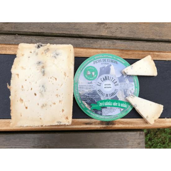cuñas del queso azul de mezcla de leche de oveja y cabra de El Cabriteru