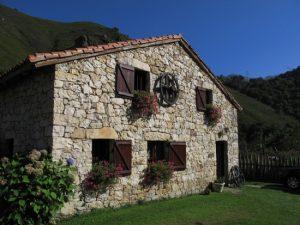 típica casa asturiana en Quesería artesanal El Cabriteru