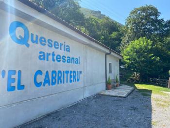 fachada quesería artesanal El Cabriteru montaña y árboles en Asturias